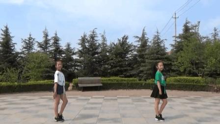 点击观看《少儿广场舞 C哩C哩 演跳版 现在连小孩子都跳广场舞了》