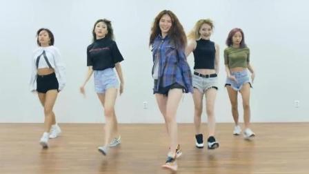 点击观看《泫雅 BABE 练习室版 围观的舞蹈演员很不淡定 很时尚的广场舞》