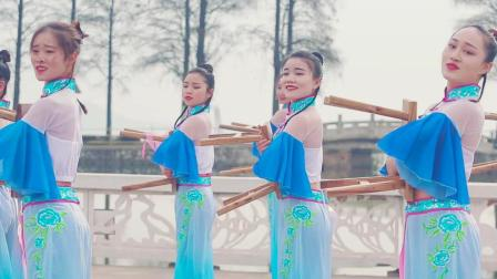 点击观看《且吟春雨 玲珑身姿曼妙起舞 如梦如画 好唯美的古典舞》