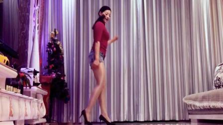点击观看《最美的鬼步舞 最远的你是我最近的爱 高跟鞋跳舞切勿模仿 青青世界广场舞》