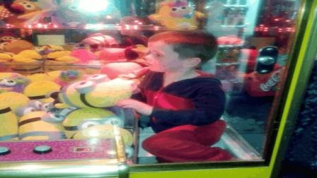 熊孩子钻进娃娃机被困