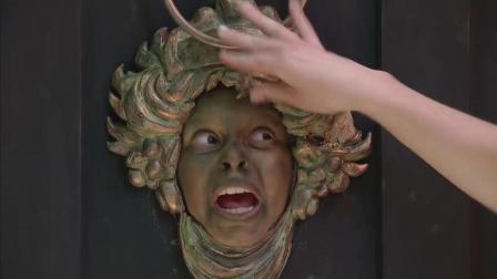 爆笑整蛊: 小孩把脸嵌在门洞上, 送货人敲门被苏