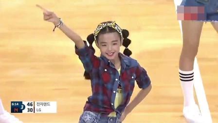 韩国篮球赛场出现小学生美女啦啦队 大家觉得让
