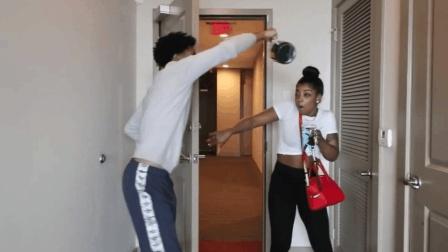恶搞! 男子躲在门后趁女友进来时往其头上倒下粘