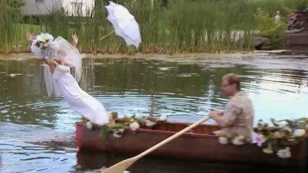 恶搞: 湖中婚礼现场出糗, 新娘不慎掉下水场面尴
