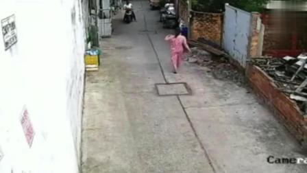 粉衣女子正走路回家, 要不是监控, 都不知她经历