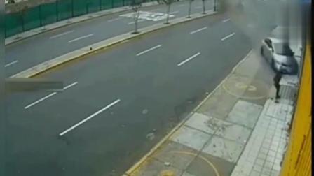 女子在路边走着, 发现不对劲已来不及, 监控拍下