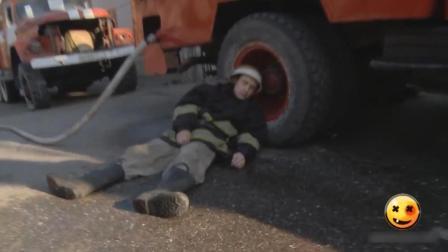 太损了! 消防员靠车轮午休被恶搞: 防火防盗防坑