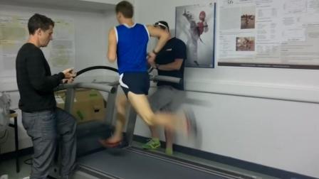 运动达人在跑步机上以每小时30公里的速度狂奔