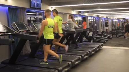 这两老外真是健身房的一股清流, 别人用跑步机跑