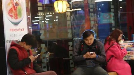 爆笑街头恶搞: 小伙头戴耳机公共场合大声唱歌