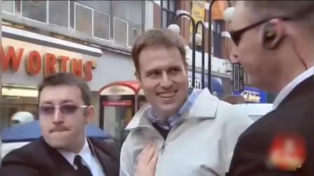 恶搞: 路人在街上被整蛊, 大批粉丝涌来, 身后还