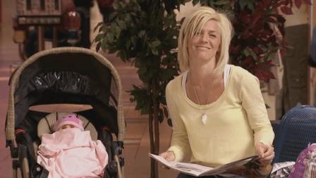 爆笑恶搞: 婴儿车会自己跑? 看呆路人