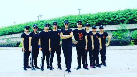点击观看《2018凤凰香香广场舞的鬼步舞教学视频 采蘑菇的小姑娘 团队附分解教学》