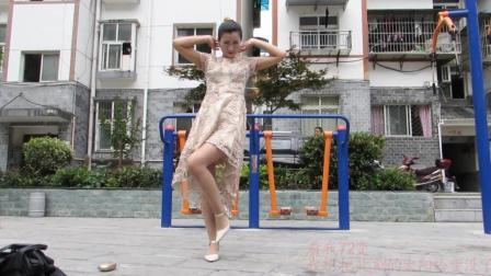 点击观看《神农舞娘广场舞 看我72变  性感辣妈在广场上健身舞起来》
