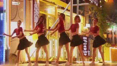 美女们街头热舞, 网友: 狙击手快忙不过来了