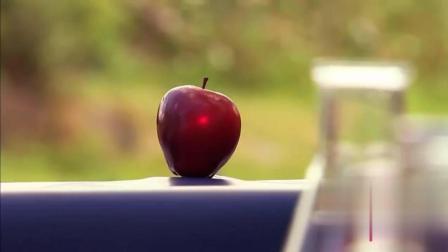 国外爆笑恶搞: 路人好奇参与激光枪射苹果游戏