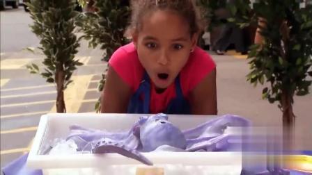 国外爆笑恶搞: 冰冻了的章鱼还会跳动? 吓坏美女