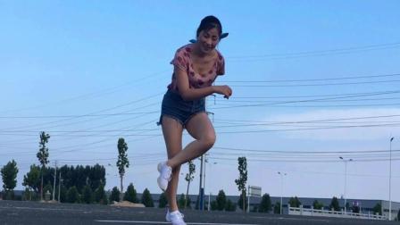 点击观看《简单入门广场舞24步 想我就亲亲我的草原 青青世界广场舞》