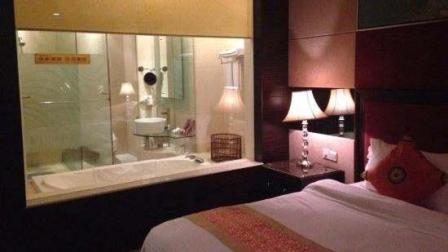 为什么宾馆的卫生间非要做成透明玻璃的? 看完我邪恶的笑了