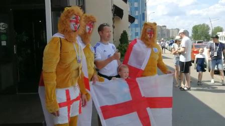 英格兰队球迷冒30度高温着狮子装