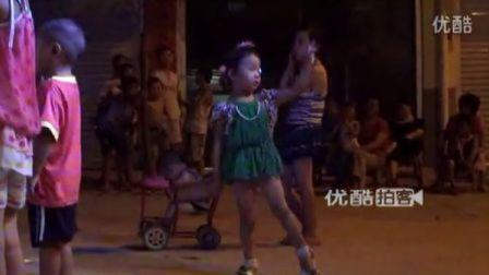 【拍客】光屁屁小萝莉激情表演歌伴舞