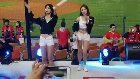 一场比赛最精彩的部分就是啦啦队美女们的表演