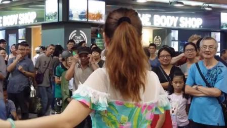 街头高挑美女艺人小红夜香港翻唱经典歌曲《你