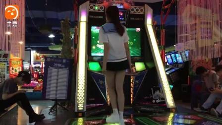 可爱美少女穿水手服玩跳舞机, 这双美腿可以看一