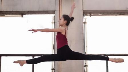 点击观看《单色舞蹈 修炼女孩最佳气质之芭蕾体式》