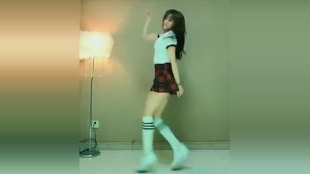 点击观看《小姐姐超短裙跳热舞, 这舞姿我给满分! #抖音广场舞#》