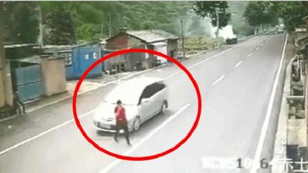 美女过马路不看路 , 本以为悲剧了, 结果下一秒忍