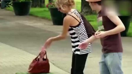 搞笑视频: 美女忘记拿走了手提包