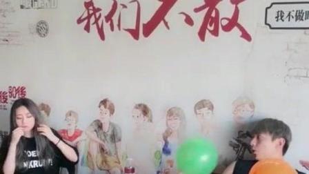 胆大的美女扎气球玩被恶搞