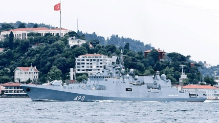 俄罗斯送给美国一大礼, 突然从叙利亚撤军, 连军舰都回国了