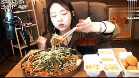 韩国美女吃炸鸡大餐, 一口一大块, 真的是酥香脆