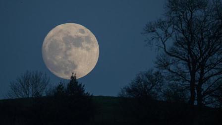 为什么地球只有月亮这一颗天然卫星?