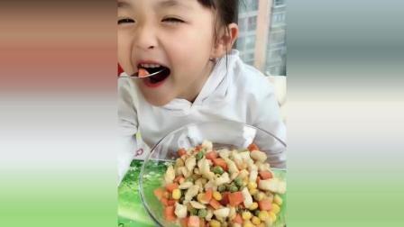 这个小女孩好可爱啊, 看她吃东西我忍不住露出了