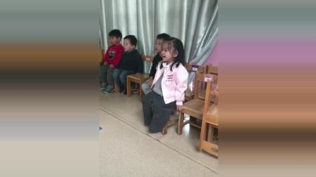 这个小女孩笑点太低, 把后面小男孩笑愣住了!