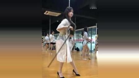小姐姐钢管房热舞, 舞姿太迷人了!