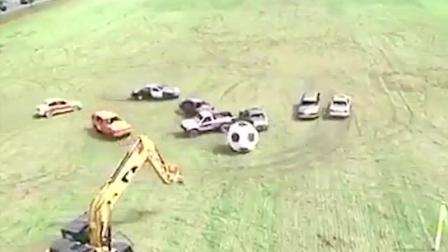 踢足球我见过, 没见过用汽车挖掘机踢球的吧?