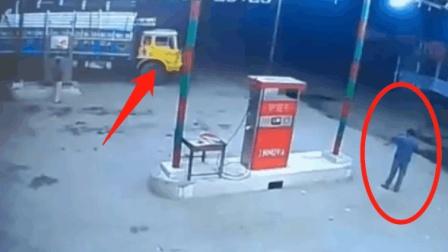 大货车正在加油, 男子随手点了一根烟, 监控拍下
