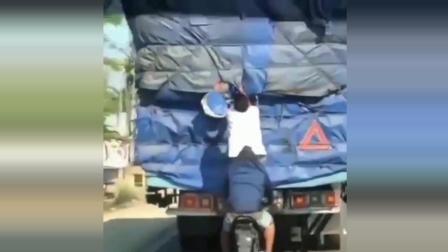 大货车在路上遇上这样的小偷, 真是让人无语!