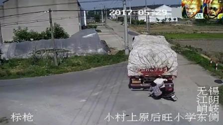 大货车突然倒车, 夫妻俩骑着电动车本来能逃生的
