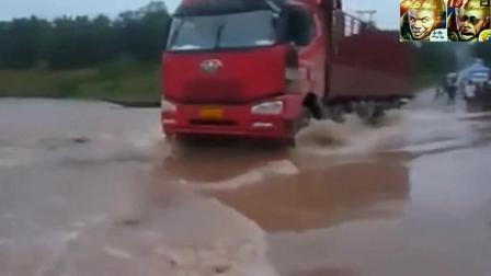 大货车司机不听劝阻横冲直撞, 瞬间被河水冲走