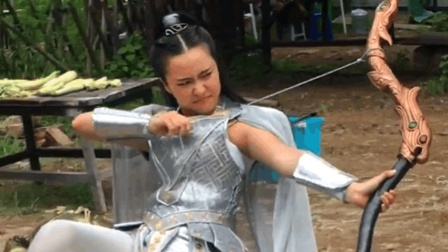 拍戏现场: 拿弓的女主角, 好漂亮呀!