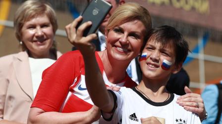 克罗地亚美女总统太抢镜 被赞许球队最强12人