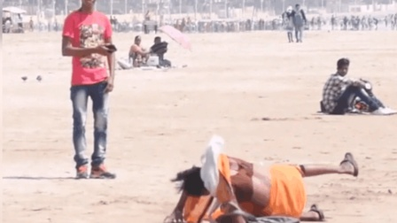 街头恶搞: 把装满沙子的球放在路上, 来听听清脆