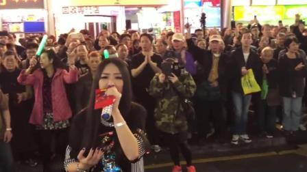 长发妹在街头演绎《海阔天空》, 围观群众人山人