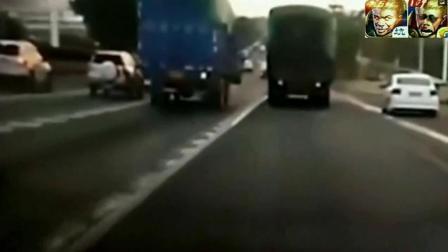 大货车不停警告不要超车, 小车就是不听, 瞬间被